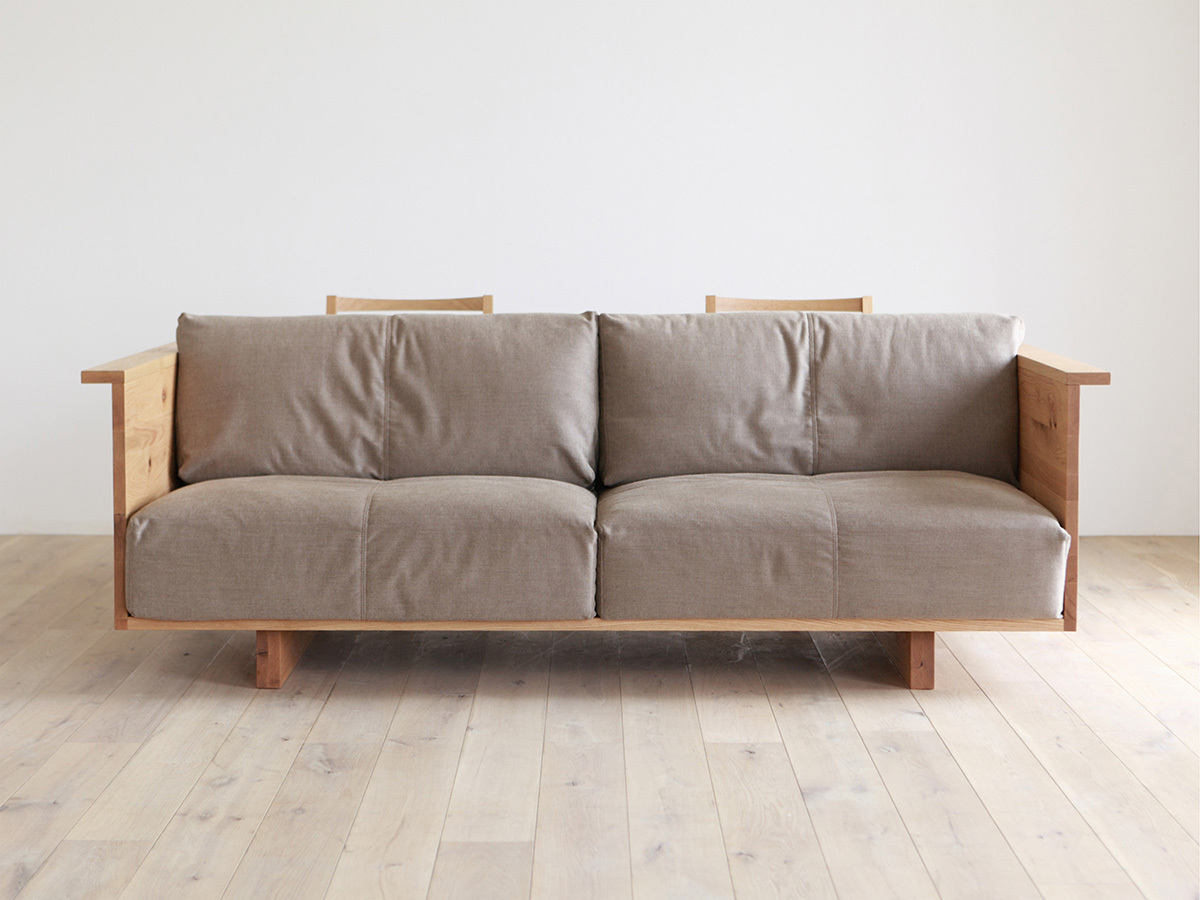 Вид спереди - удобный диван с текстильными подушками.