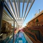 Длинный бассейн проходит вдоль дома и служит его украшением. (современный,эклектика,смешение стилей,архитектура,дизайн,экстерьер,интерьер,дизайн интерьера,мебель,на открытом воздухе,патио,балкон,терраса)