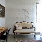 Интерьер домашнего офиса эклектичен, чего только стоит диванчик в стиле барокко на фоне белой кирпичной стены...