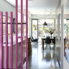 Розовый забор находящийся у входа в дом на улице дублируется перегородкой между кухней и прихожей. (современный,эклектика,смешение стилей,архитектура,дизайн,экстерьер,интерьер,дизайн интерьера,мебель,кухня,дизайн кухни,интерьер кухни,кухонная мебель,мебель для кухни,вход,прихожая)
