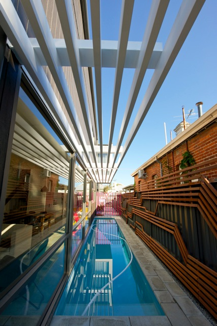 Длинный бассейн проходит вдоль дома и служит его украшением.