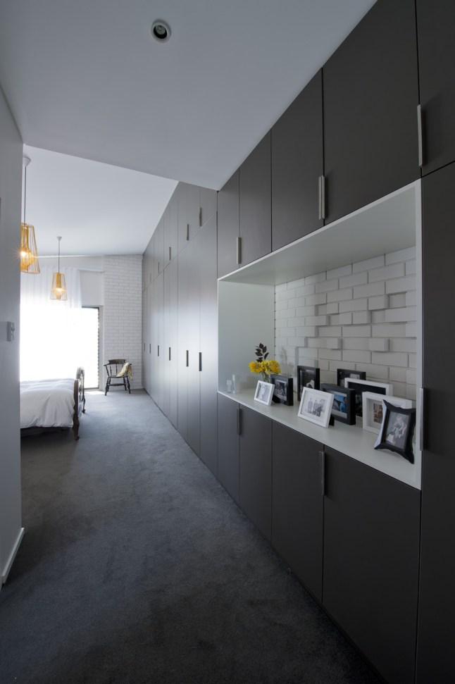 Интерьер спальни продолжает присущую всему дому тему черного, белого и желтого цветов.
