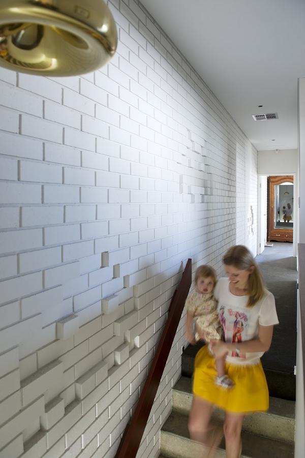 Лестница на второй этаж к спальням. Вся стена в фигурках из компьютерных игр.