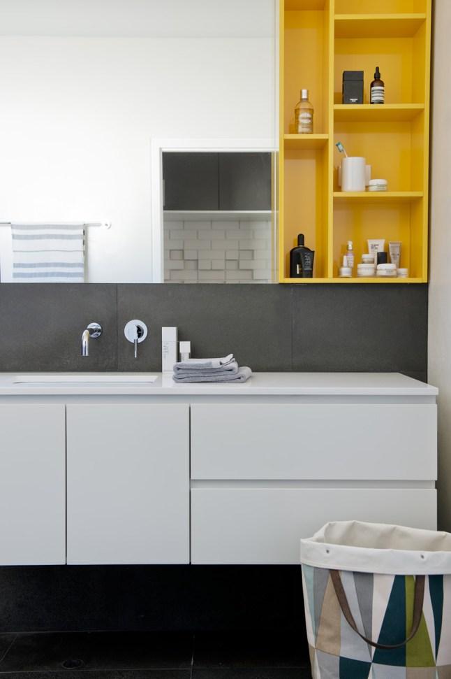 В интерьере ванной комнаты использована та же палитра цветов, что и во всем доме - белый, оттенки серого, желтый.