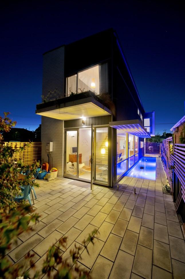 В вечернее время двор ярко освещен и располагает к тому чтоб проводить время на свежем воздухе.