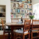 Столовая, она же библиотека с книжными полками до потолка в нишах в сене. (викторианский,деревенский,сельский,кантри,архитектура,дизайн,экстерьер,интерьер,дизайн интерьера,мебель)