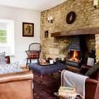Традиционный английский дом не может обойтись без камина в гостиной. Для создания нужной атмосферы даже была оставлена неоштукатуренной стена рядом с камином. (викторианский,деревенский,сельский,кантри,архитектура,дизайн,экстерьер,интерьер,дизайн интерьера,мебель)