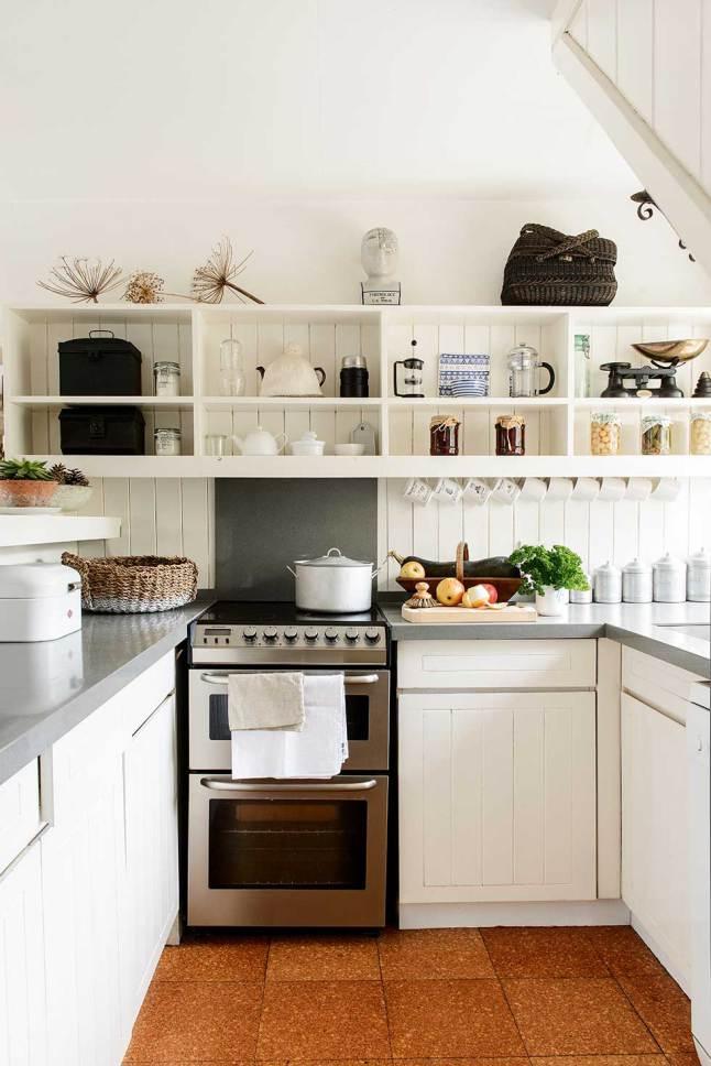 Кухня укомплектована современной бытовой техникой, однако мебель использована простая и сдержанная, чтобы не выбиваться из общего стиля интерьера.