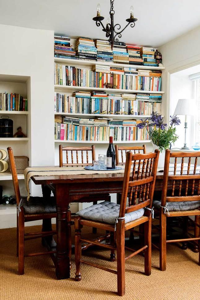Столовая, она же библиотека с книжными полками до потолка в нишах в сене.