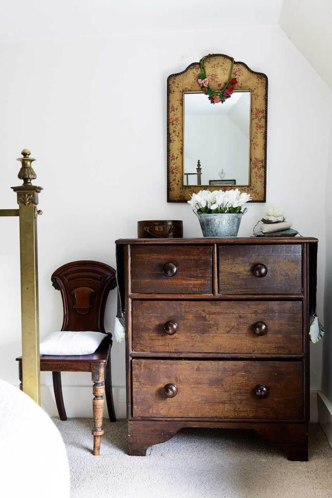 В главной спальне использована тщательно подобранная антикварная мебель.