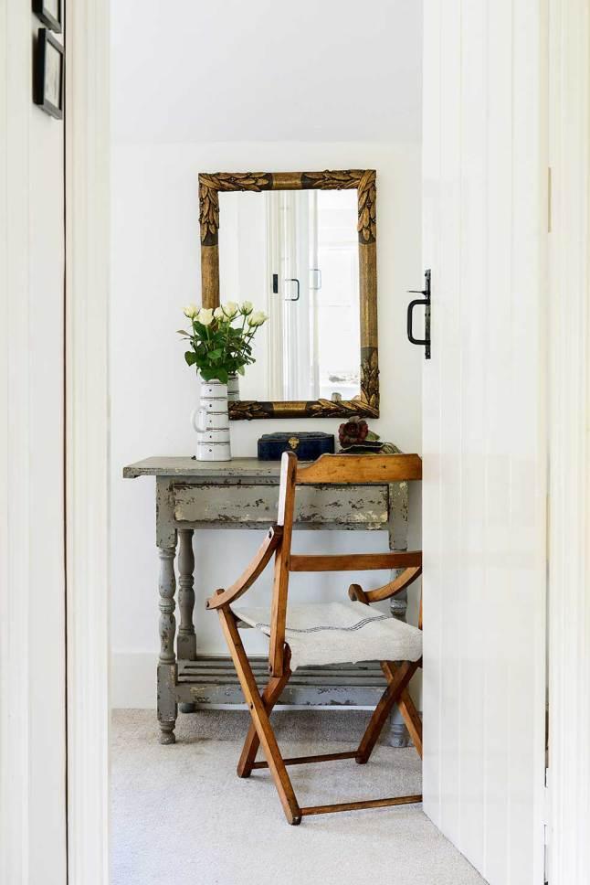 Винтажная мебель и рама зеркала.