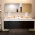 Лаконичная и современно выглядящая ванна. Видимо очень удобен стеллаж на колесах. (современный,архитектура,дизайн,экстерьер,интерьер,дизайн интерьера,мебель,ванна,санузел,душ,туалет,дизайн ванной,интерьер ванной,сантехника,кафель)