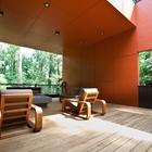 Терраса как дополнительная гостиная на свежем воздухе располагает к отдыху. (современный,архитектура,дизайн,экстерьер,интерьер,дизайн интерьера,мебель,на открытом воздухе,патио,балкон,терраса)