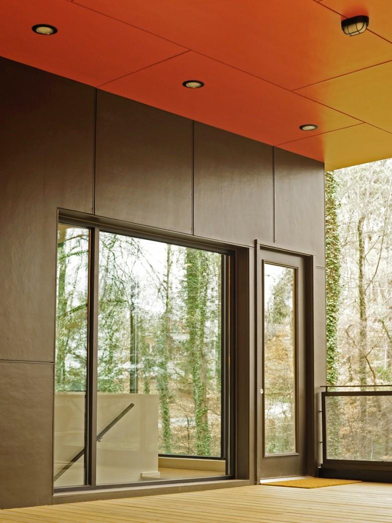 Детали: Вход в дом и выход на террасу. Темно коричневый цвет кажется черным на фоне яркой сиены.