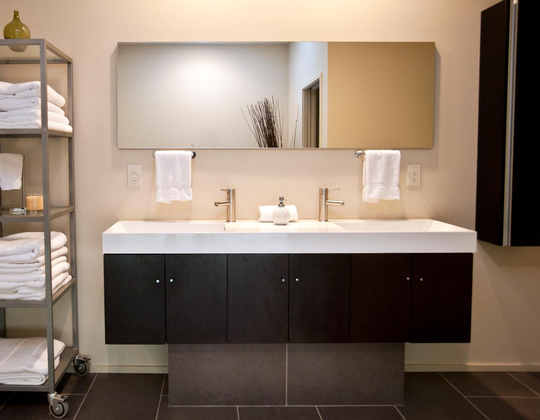 Лаконичная и современно выглядящая ванна. Видимо очень удобен стеллаж на колесах.