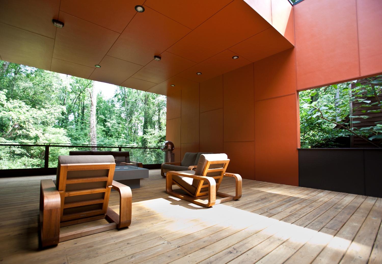 Терраса как дополнительная гостиная на свежем воздухе располагает к отдыху.