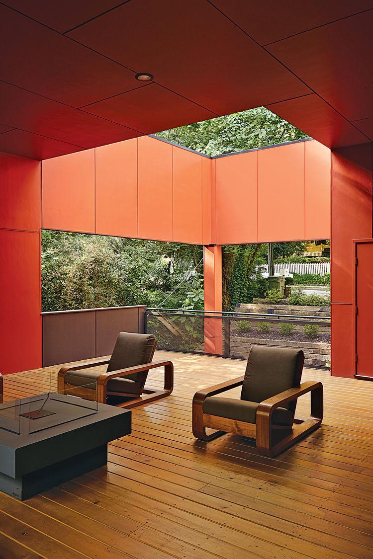 Терраса с газовым камином и удобной мебелью.