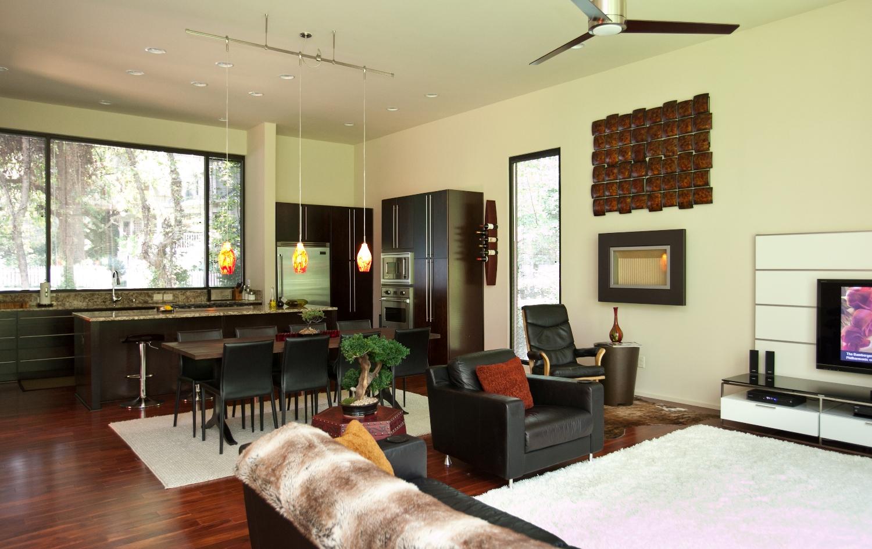 Жилой этаж дома имеет открытую планировку и просторен, во многом благодаря отсутствию перегородок.