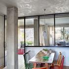 Стеклянная перегородка между гостиной и кухней пропускает свет и полностью стирает ощущение ограниченности пространства.
