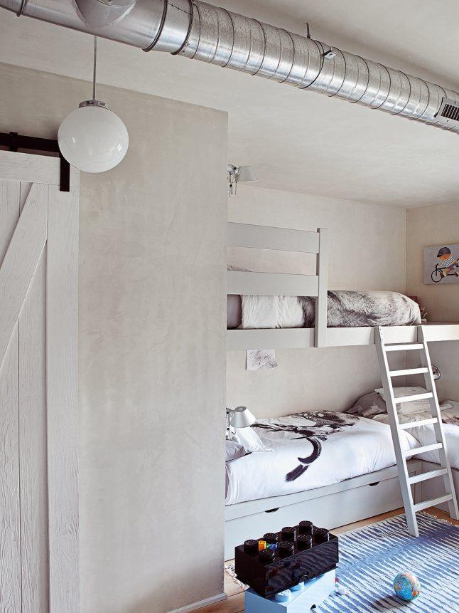 Детская комната с двухуровневой кроватью.
