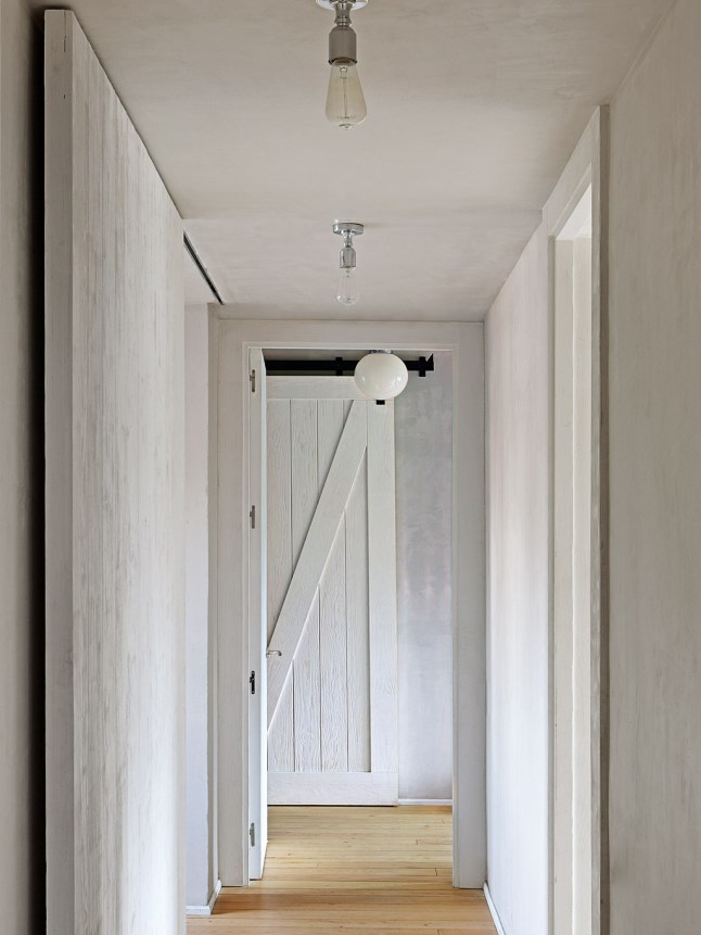 Двери, по задумке дизайнера, должны привнести в квартиру дух прованса.