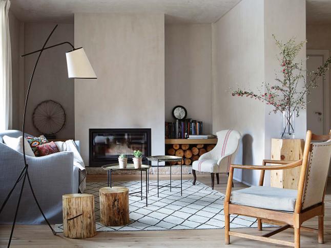 Гостиная с камином и минимумом мебели.