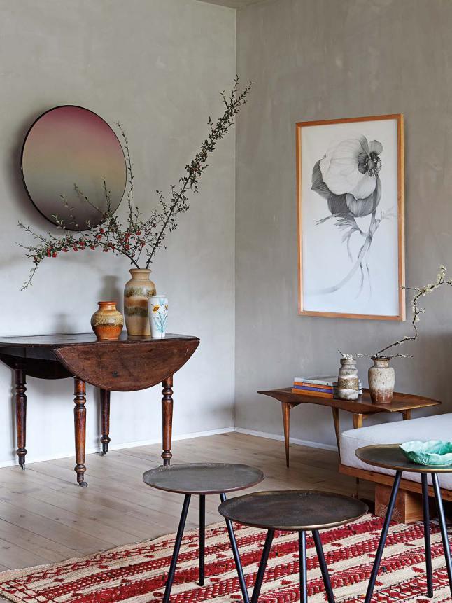 Именно детали декора персонализируют пространство квартиры, такие как вазы, картины, винтажный стол на колесиках.