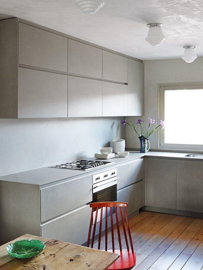 Минималистичная кухня с мебелью подобранной в тон к оштукатуренным стенам.