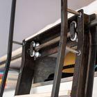 Лестница легко сдвигается для того чтобы обеспечить удобный доступ к гардеробу.