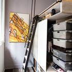 В задней части конструкции находится вместительный гардероб. (современный,минимализм,интерьер,дизайн интерьера,мебель,квартиры,апартаменты,гостиная,дизайн гостиной,интерьер гостиной,мебель для гостиной,кухня,дизайн кухни,интерьер кухни,кухонная мебель,мебель для кухни,спальня,дизайн спальни,интерьер спальни,хранение,гардероб,шкаф,комод,домашний офис,офис,мастерская,лестница)