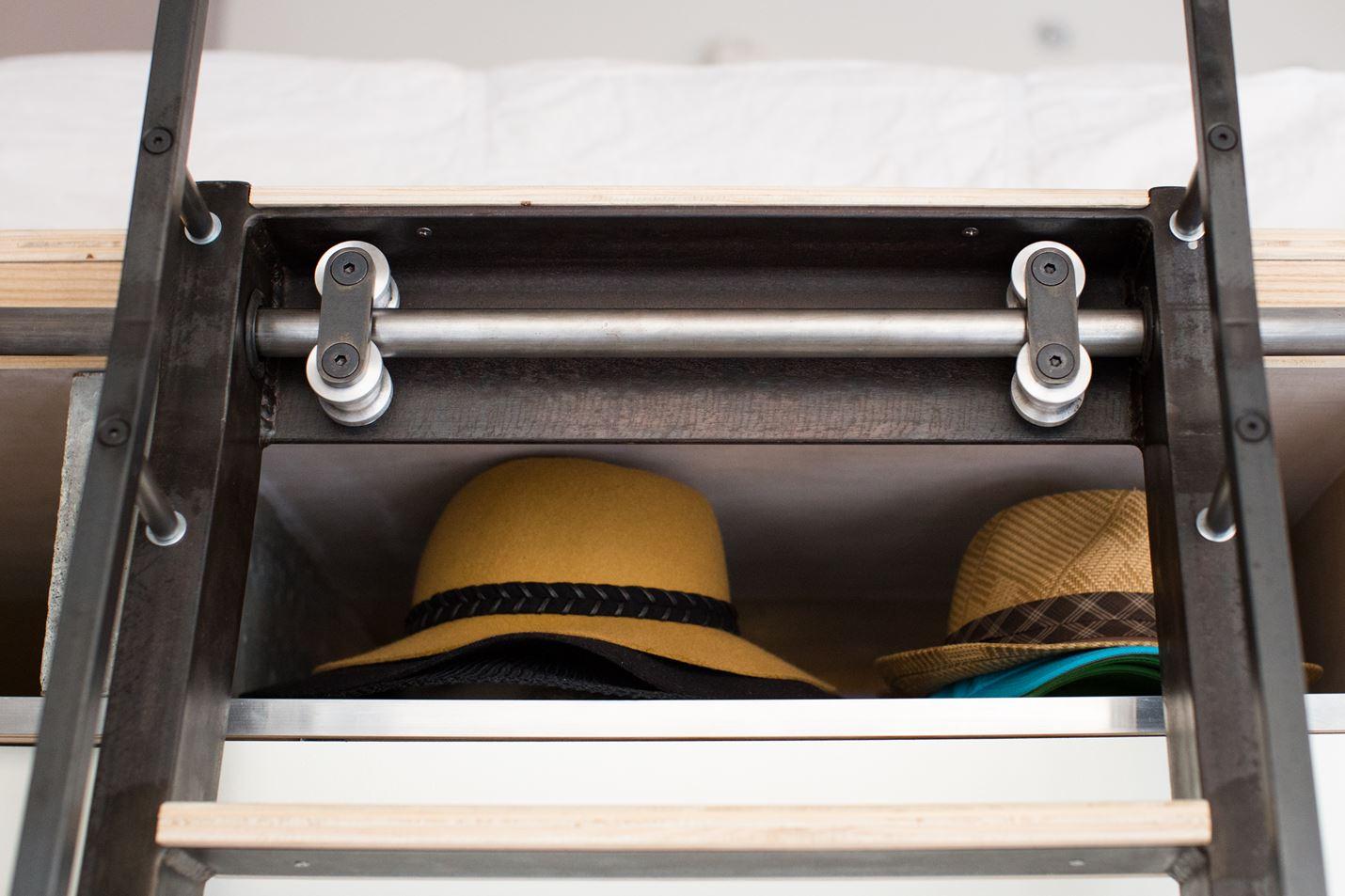 Дизайнер рационально использовал все ниши для книг, мелочей, шляп.
