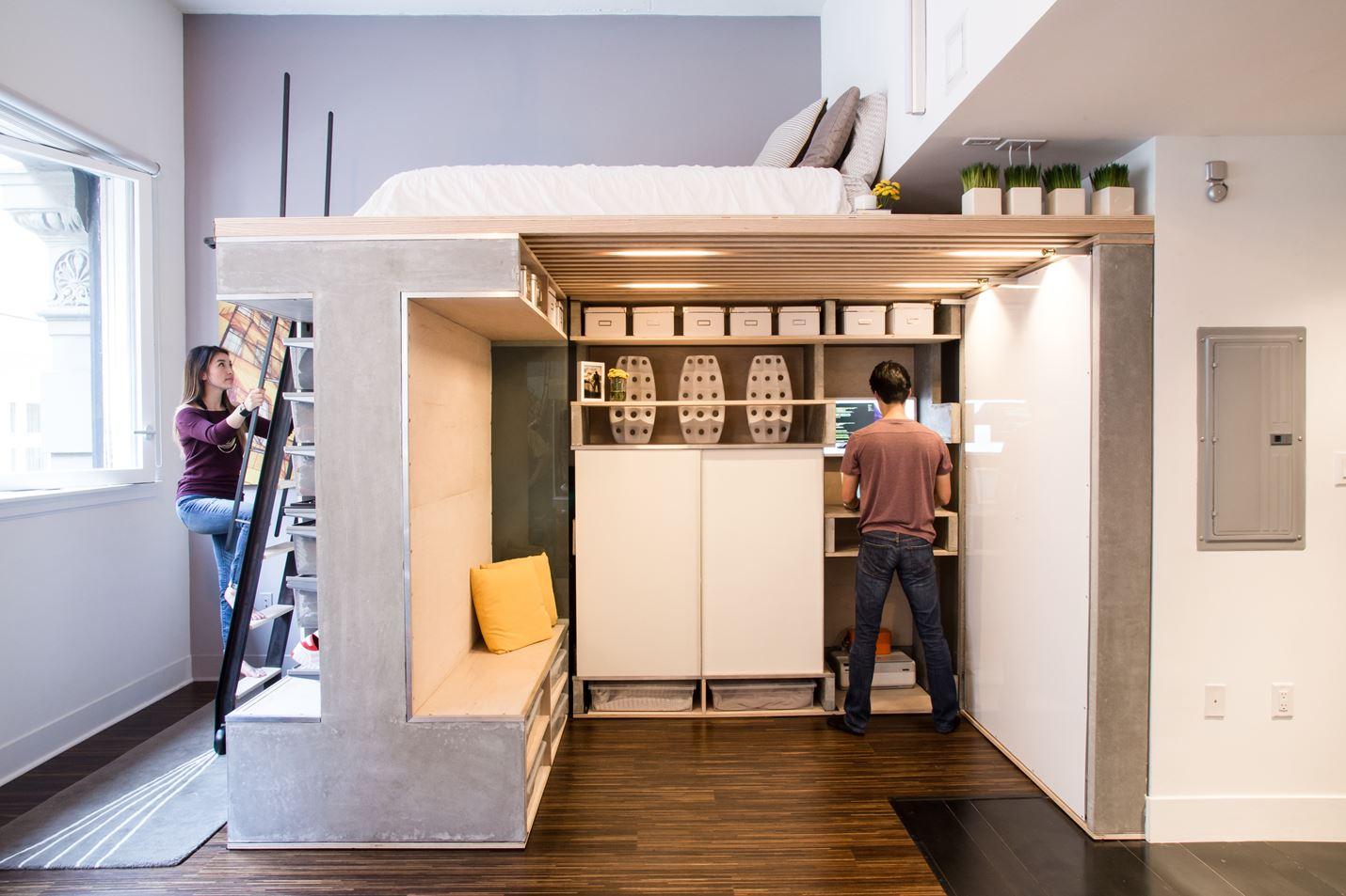 Домашний мини-офис в углу на первом уровне.