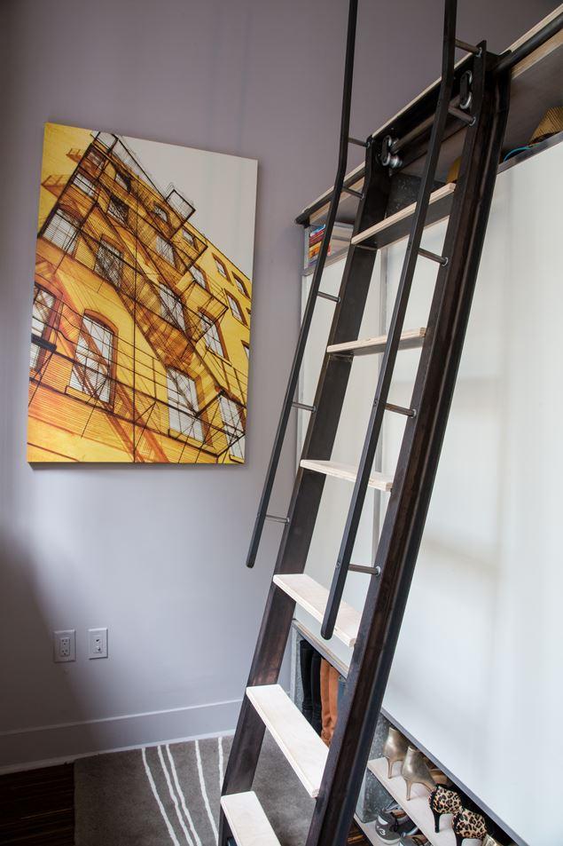 На верхний уровень ведет стальная лестница.
