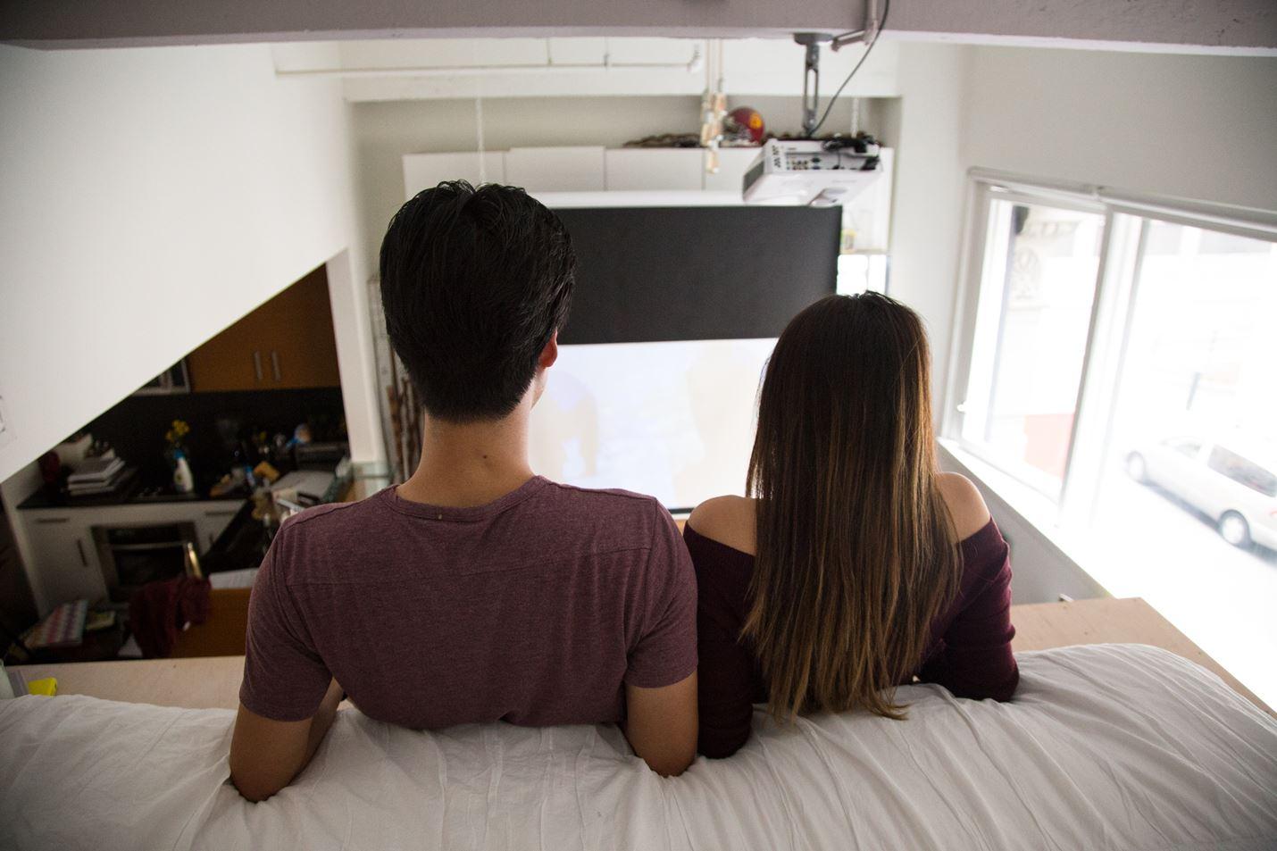 В противоположной части комнаты установлен экран медиа проектора.