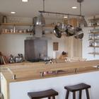 Барная стойка у кухонного острова. (архитектура,дизайн,экстерьер,интерьер,дизайн интерьера,мебель,современный,кухня,дизайн кухни,интерьер кухни,кухонная мебель,мебель для кухни,столовая,дизайн столовой,интерьер столовой,мебель для столовой)