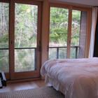 Главная спальня имеет большую площадь остекления. Сдвижные остекленные двери ведут на небольшой балкончик..
