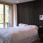 Главная спальня отделана деревом и имеет свой небольшой балкончик. (архитектура,дизайн,экстерьер,интерьер,дизайн интерьера,мебель,современный,спальня,дизайн спальни,интерьер спальни)