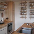 Кухня выполнена преимущественно из светлого дерева, имеет всю необходимую технику и массу мета для хранения.