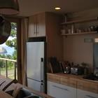 Удобная кухня имеет выход на террасу. (архитектура,дизайн,экстерьер,интерьер,дизайн интерьера,мебель,современный,кухня,дизайн кухни,интерьер кухни,кухонная мебель,мебель для кухни)