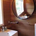 Умывальник рядом с окном во второй ванной комнате.