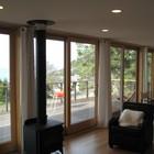 Вид из гостиной на террасу. Металлический камин добавляет комфорта и уюта прохладными вечерами.
