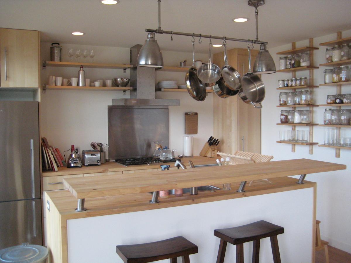 Барная стойка у кухонного острова.