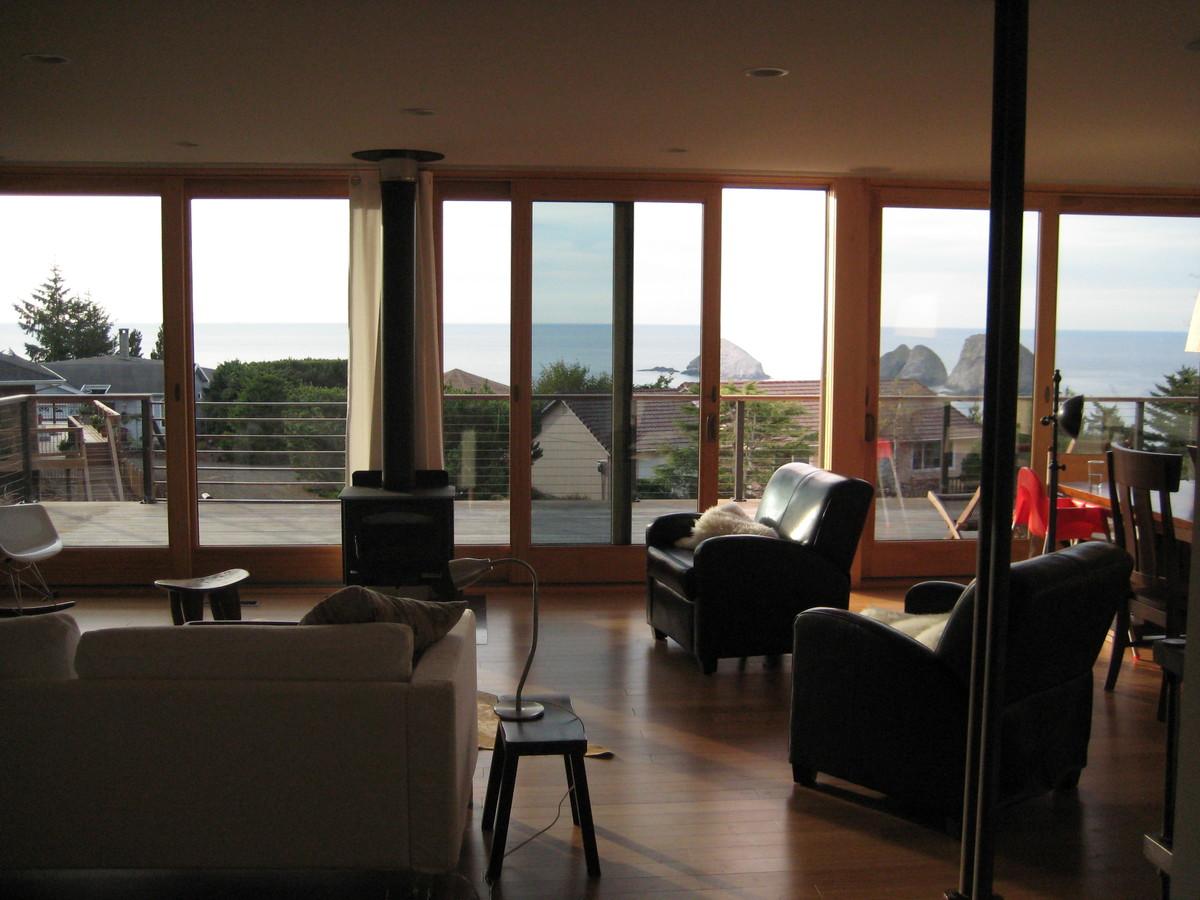 Благодаря остекленной фасадной стене из жилой комнаты открывается прекрасный вид на залив.