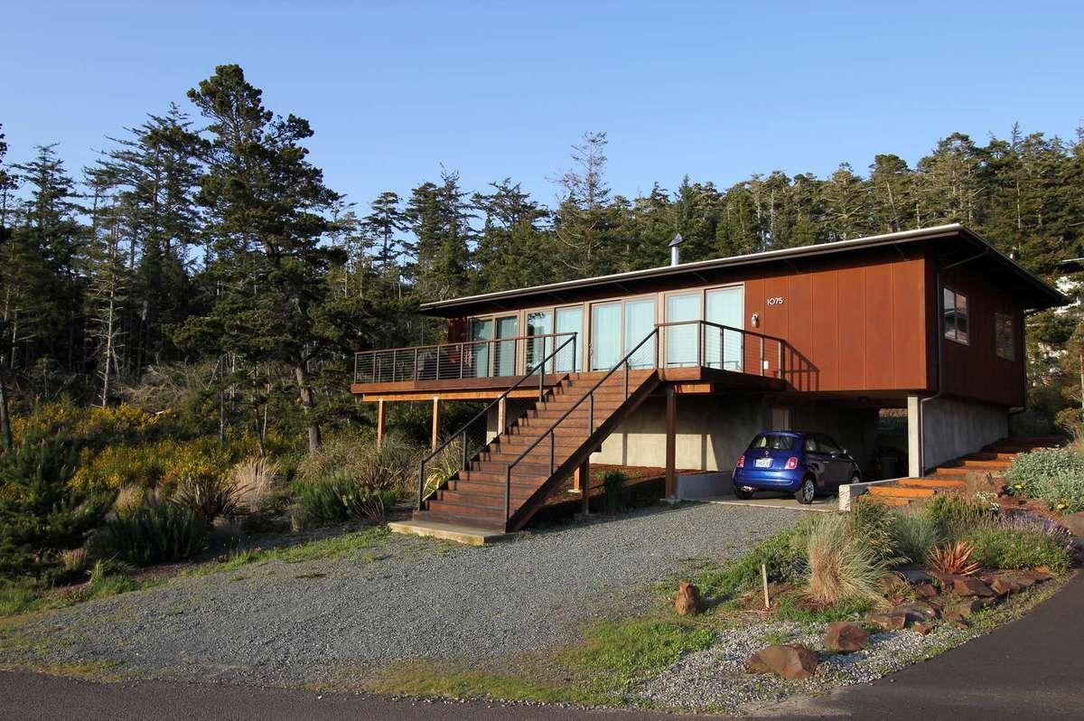 Дом находится на склоне холма и фасадом повернут в сторону залива.