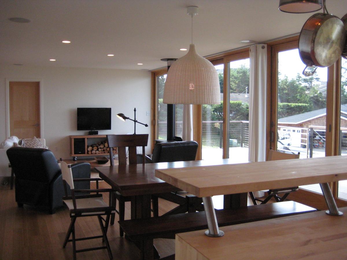 Гостиная и столовая, вид со стороны кухни.