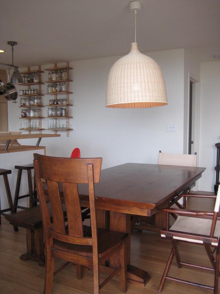 Обеденный стол в жилой комнате.