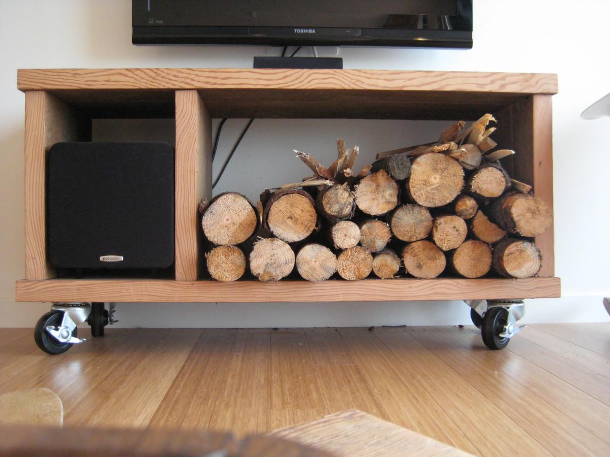 Поскольку в доме живут преимущественно летом, то тумбочка под телевизором подошла для хранения небольшого запаса дров, которые служат преимущественно декором.