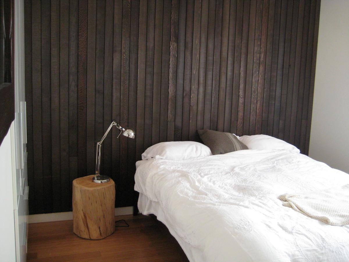 Вторая спальня небольшая со встроенным шкафом и отделана натуральным деревом.