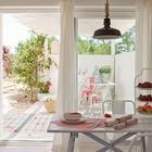Столовая находится прямо рядом с крыльцом-террасой, отделена от нее сдвижной остекленной дверью. (средиземноморский,архитектура,дизайн,экстерьер,интерьер,дизайн интерьера,мебель,маленький дом,столовая,дизайн столовой,интерьер столовой,мебель для столовой,вход,прихожая,на открытом воздухе,патио,балкон,терраса)