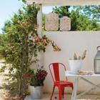 Терраса служит столовой и гостиной на свежем воздухе. (средиземноморский,архитектура,дизайн,экстерьер,интерьер,дизайн интерьера,мебель,маленький дом,на открытом воздухе,патио,балкон,терраса,вход,прихожая)